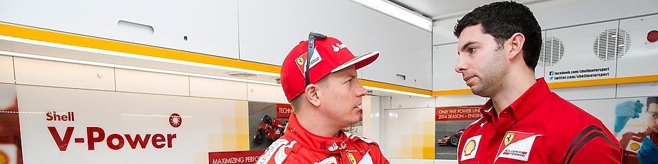 Kimi Raikkonen and Guy Lovett in discussion in the Ferrari tech lab, Shell V-Power logo in the background